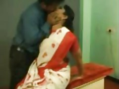 कार्यस्थल पर यौन संबंध रखने वाले भारतीय चाची